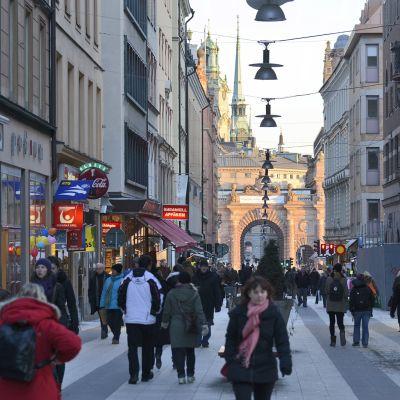 Jalankulkijoita Tukholmassa.
