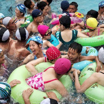 Ihmisiä vesipuistossa.