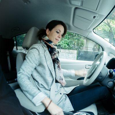 Henna Kvamin mielestä sähköauton ajaminen on helppoa ja kätevää.