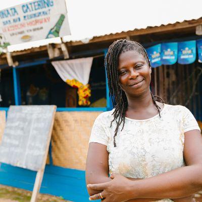 Nainen ravintolan edustalla Sierra Leonessa.
