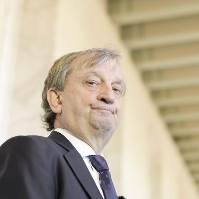 Harry Hjallis Harkimo tiedotustilaisuudessa eduskunnan valtiosalissa Helsingissä.