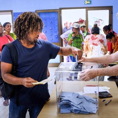 Ihmiset äänestämässä itsenäisyydestä 4. marraskuuta  Noumeassa, Uudessa-Kaledoniassa.