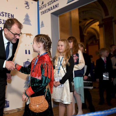 Pääministeri Juha Sipilä tervehti vieraita