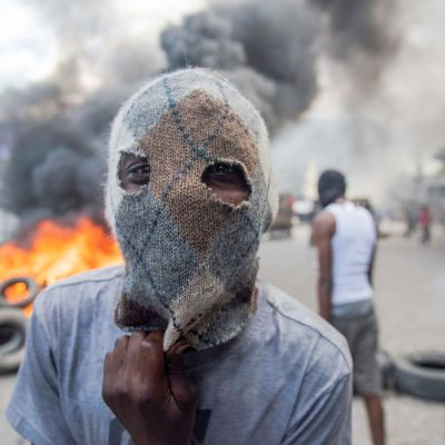 Mielenosoittaja Haitissa.