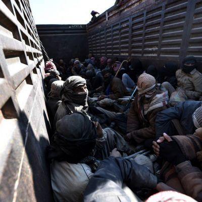 Tässä kuljetettiin kotinsa jättäneitä miehiä lähellä Baghuzia helmikuussa.