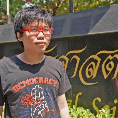 Opiskelija-aktivisti Netiwit Chotiphatphaisalin mukaan sotilaat ovat käyneet uhkailemassa usein hänen vanhempiaan.