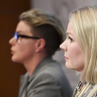 KRP:n rikosylikomisario Sari Sarani (vas.) ja tutkinnanjohtaja, rikoskomisario Sanna Springare Keskusrikospoliisi KRP:n tiedotustilaisuudessa Vantaalla KRP-talolla 27. maaliskuuta.