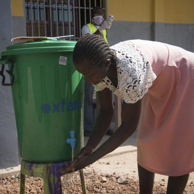 Nainen pesi käsiään suojautuakseen ebolalta Mbandakassa viime vuoden toukokuussa.