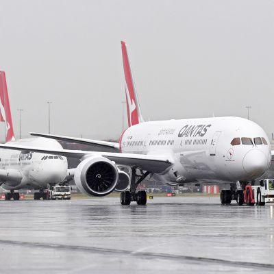 Qantasin Boeing 787 Dreamliner ja sen takana Airbus A380 Sydneyn lentoasemalla.