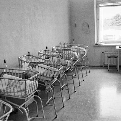Sofianlehdonkatu 5. Vastasyntyneiden vauvojen sänkyjen rivistö Kätilöopiston sairaalan lastenhuoneessa.