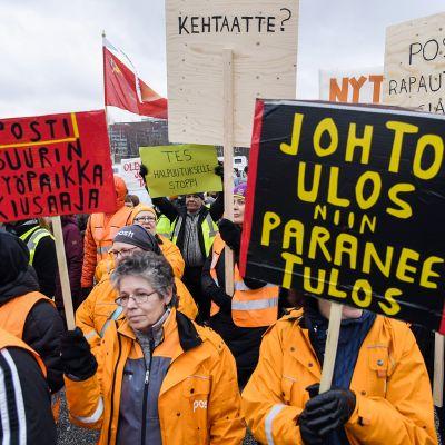 Posti ja logistiikka-alan unioni PAU järjesti mielenosoituksen Postin työehtojen romuttamista vastaan Postin pääkonttorilla Pasilassa Helsingissä 12. marraskuuta