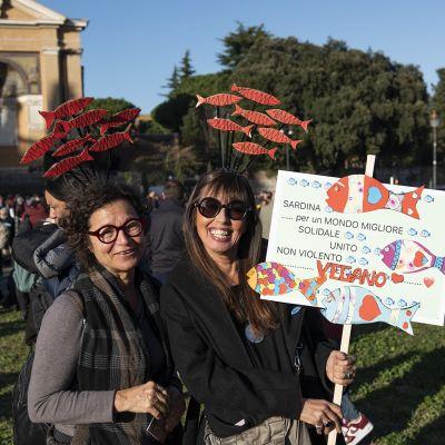 """Ihmiset osallistuivat """"sardiini""""mielenosoitukseen Roomassa 14. joulukuuta."""
