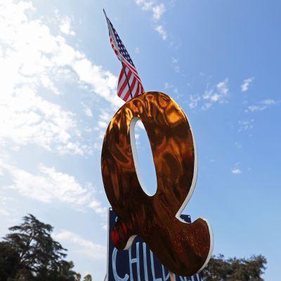 QAnon symboli Beverly Hills, California 22.elokuuta 2020