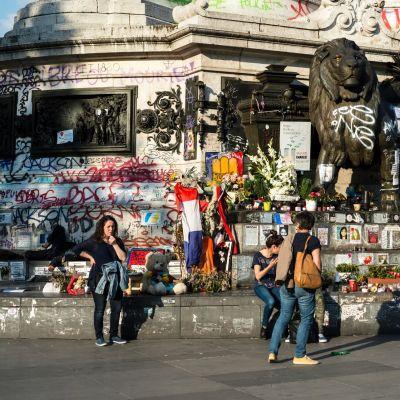 Kukkia ja kuvia Pariisin tasavallan aukiolla