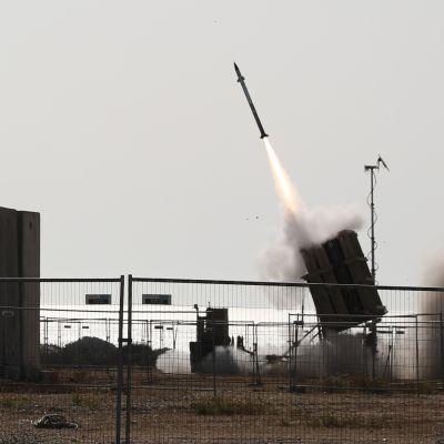 Iron Dome -ohjuspuolustusjärjestelmän ohjus lähtee laukaisualustalstaan.