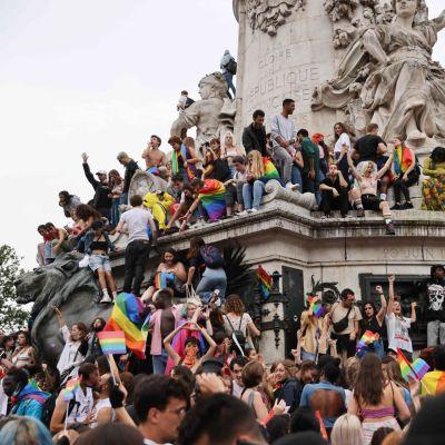 Pride-kulkueeseen osallistuneita kerääntyi Tasavallan aukiolle Pariisissa.