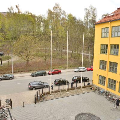 Vy över tomten mittemot ASA-huset där Åbo vill bygga ett nytt höghus
