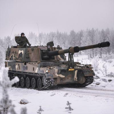 Eteläkorealainen K9 Thunder tela-alustainen panssarihaupitsi maavoimien vaikuttamisharjoituksessa Rovajärven ampuma-alueella Rovaniemellä 24. marraskuuta 2016