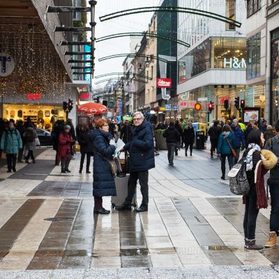 Jalankulijoita ja turisteja Drottninggatanilla Tukholmassa.