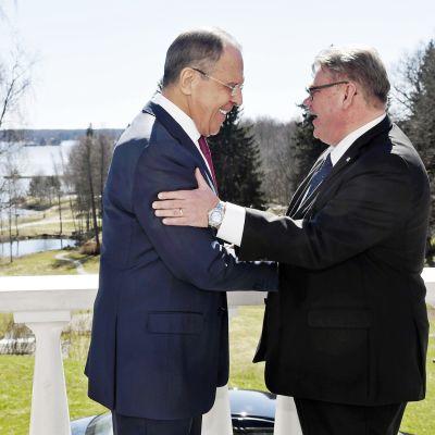 Sergei Lavrov ja Timo Soini Haikon kartanossa Porvoossa 4. toukokuuta.