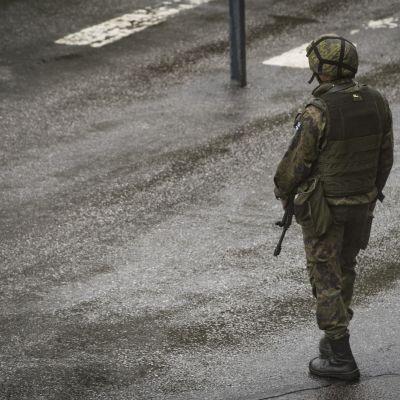 Sotilas seisoo ulkona.