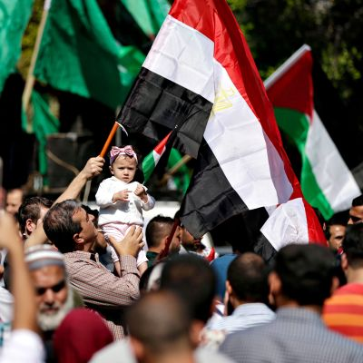 Ihmiset juhlivat Gazassa 12. lokakuuta, kun Hamas- ja Fatah-järjestöt ilmoittivat päässeensä alustavaan sopuun pitkään jatkuneessa kiistassaan.
