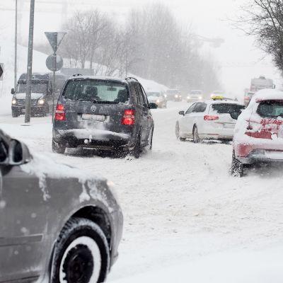 Kaupunkiliikennettä lumisissa olosuhteissa.
