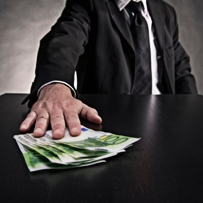 Mies tarjoaa rahaa.