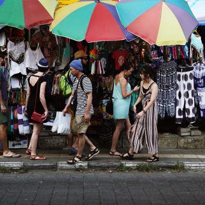 Turisteja kadulla.