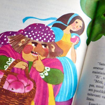 Lumikki ja ilkeä äitipuoli noidaksi tekeytyneenä. Kuvitus katriina Viljamaa-Rissanen 1970.