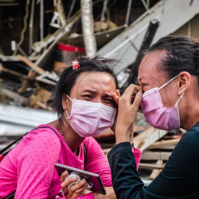 Indonesialaisnaiset surivat tuhoutuneen hotellin raunioissa Palussa 3. lokakuuta.