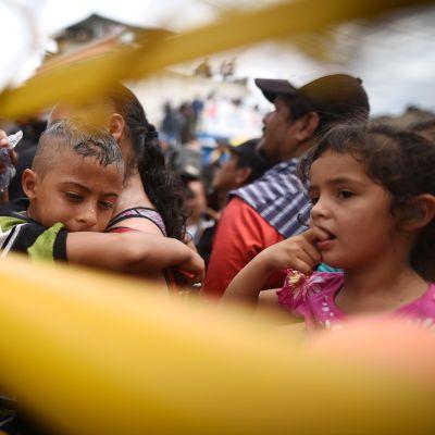 Hondurasilaisia siirtolaisia Guatemalan ja Hondurasin rajalla Tecun Umanissa 19. lokakuuta.