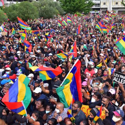 Mielenosoittajia kadulla Port Louisin kaupungissa Mauritiuksella.