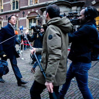Hollannin pääministeri Mark Rutte saapuu hallituksen kokoukseen median ympäröimänä.