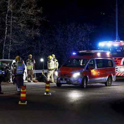 Hälytysajoneuvoja ja pelastushenkilökuntaa kolaripaikalla Länsiväylällä Lauttasaaren liittymässä Helsingissä.