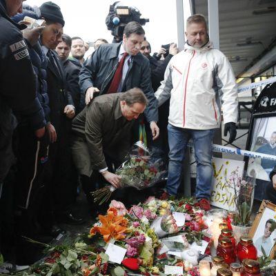 Ruotsin pääministeri Stefan Löfven laski kukkia ammuskelun uhrien muistolle Göteborgissa maaliskuussa 2015.