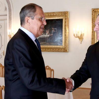 Sergei Lavrov ja Mike Pompeo kättelevät