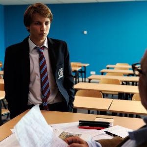 Claude (Ernst Umhauer) ja Germain (Fabrice Luchini, selin) elokuvassa Vieras talossa