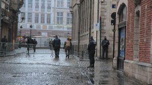 De folktomma gatorna i Bryssel övervakas av beväpnade poliser.