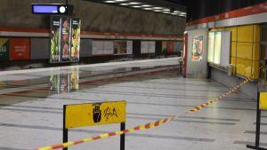 Vattenläckage i Sörnäs, vatten har läckt in på Sörnäs metrostation som är delvis avspärrad.