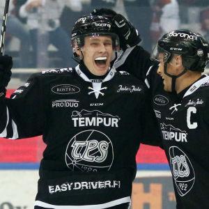 Kaapo Kakko firar mål.