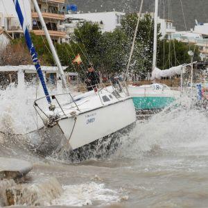 Aallot lyövät purjeveneisiin Pollencan satamassa Mallorcalla.