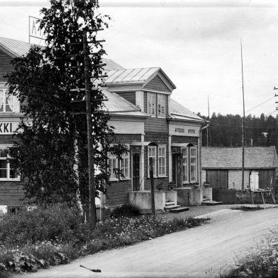 Vanha apteekin talo tuotiin nykyiselle paikalleen Karjalan Kannakselta. Sen pystytystyöt saatiin valmiiksi vuonna 1926. Rakennus toimi apteekkina vuoteen 1962 saakka.