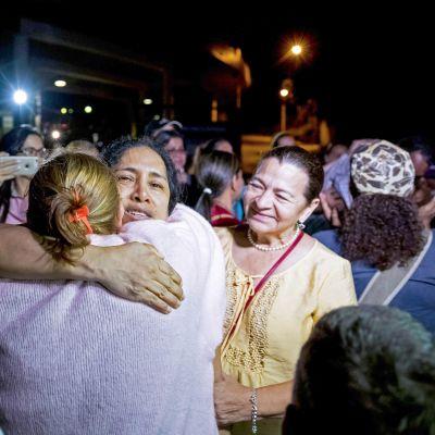 Maria Perez halaa sukulaisiaan vapauduttuaan vakilasta.