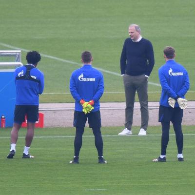 Chefstränaren David Wagner (till vänster) och sportchefen Jochen Schneider (till höger) snackade med spelarna i måndags.