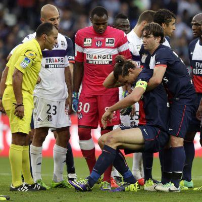 PSG:n Maxwell auttaa Zlatan Ibrahimovicin ylös.
