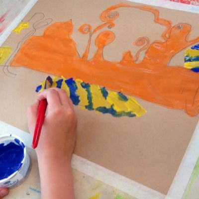 Lapsi piirtää Guggenheimia.