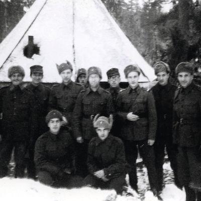 Sotilaita telttasynagogan edessä.