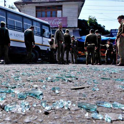 Poliiseja tutkimassa pommin räjähdyspaikkaa.
