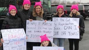 Corinne Bowen (i mitten) och dottern Grace Bowen deltog i kvinnomarschen tillsammans med